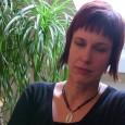 """Karin Sundin, ordförande i ÖBO, berättar om projektet """"Mitt Gröna Kvarter"""" som pågår i Vivalla."""
